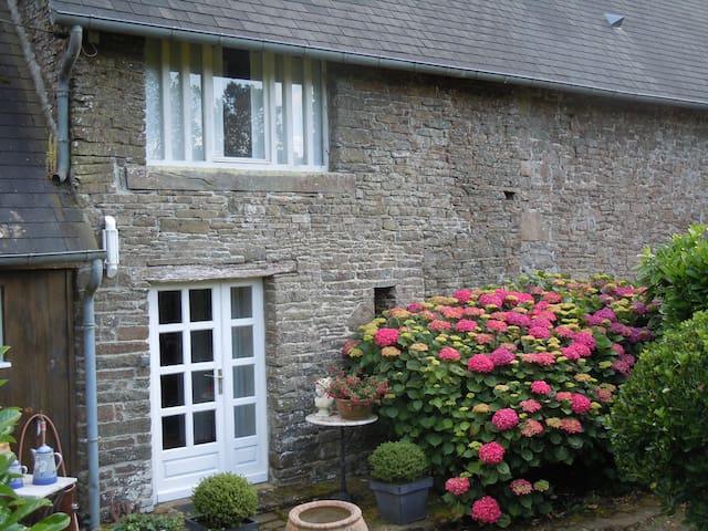 Ferienhaus mit Charme und Ruhe und eigenem See - Montaigu-les-Bois - Domek gościnny