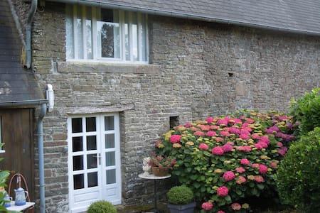 Ferienhaus mit Charme und Ruhe und eigenem See - Montaigu-les-Bois - Gästehaus