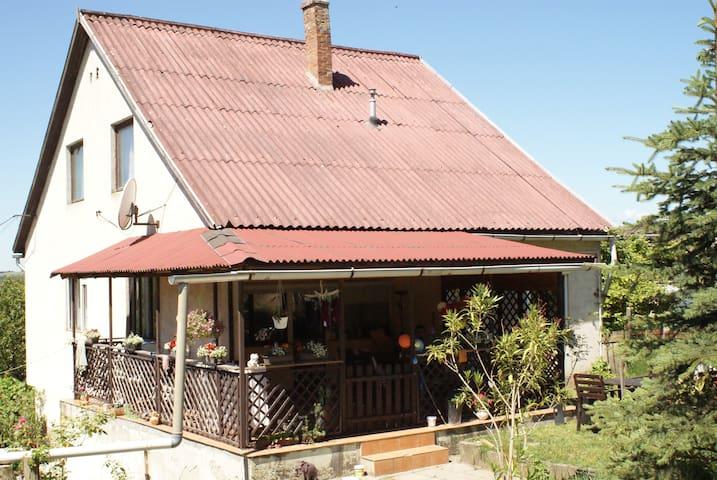 Erdőszéli kertes családi ház - Úny - House