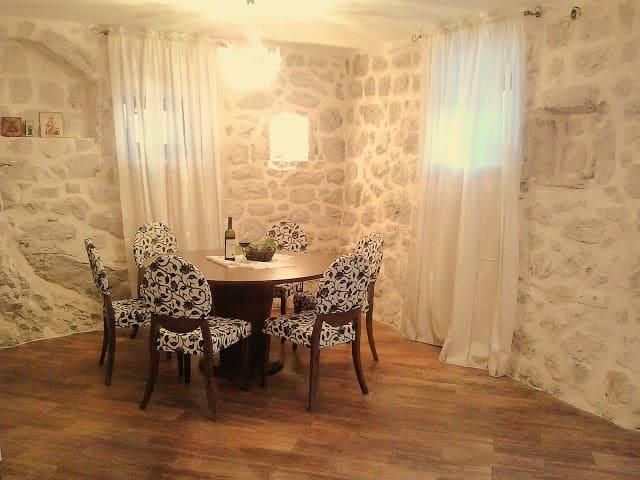 Старинный каменный дом у моря - Kotor bay - Casa