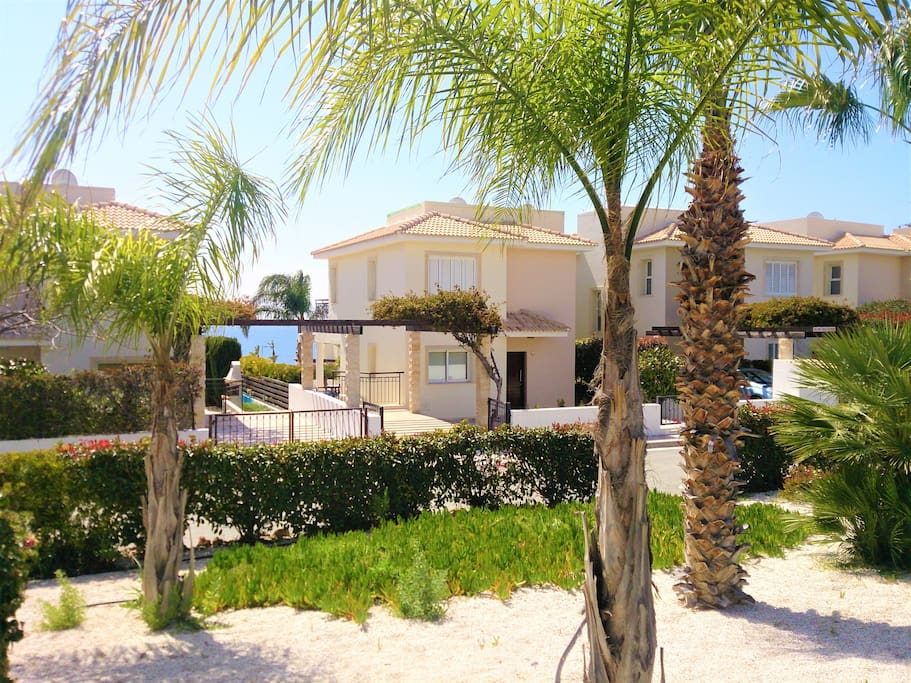 Luxury 4-bed Villa in Coral Bay - a home away from home!