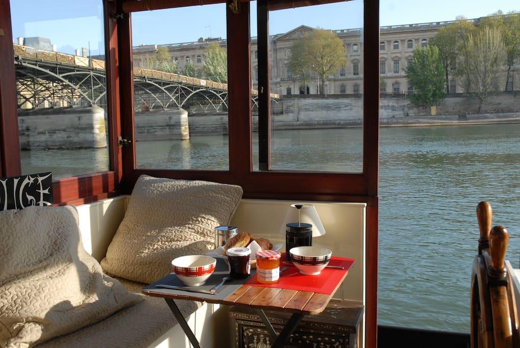 Petit déjeuner dans la timonerie face à la cour carrée du Louvre