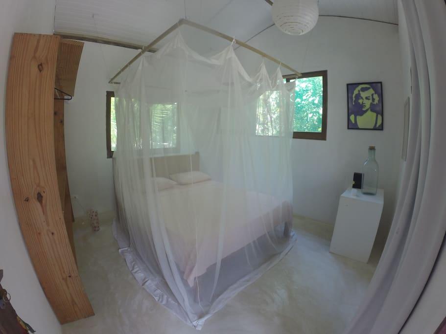 Quarto confortável com telas anti mosquitos