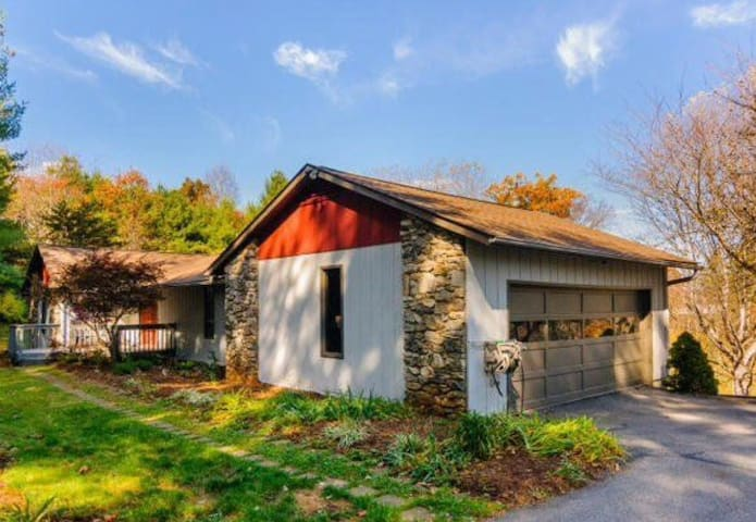 Spacious Wood Beam Ensuit - Weaverville - บ้าน