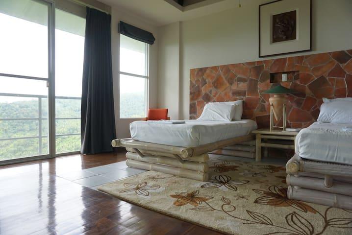 Azalea Mountain Inn Room 4 (close to Twin Lakes)