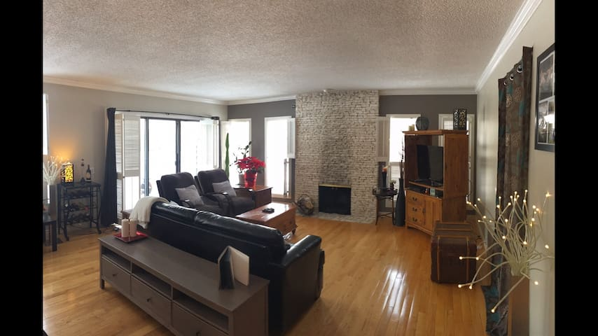 Large Private Town Home (next to golf course) - Calgary - Huis
