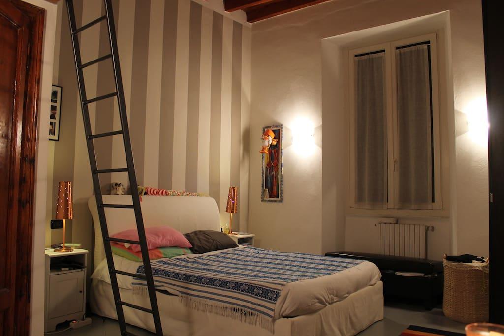 Spaziosa camera da letto con soppalco e armadio