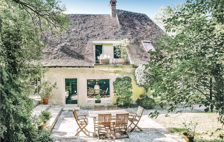 Beautiful home in St Georges sur Baulche with WiFi and 4 Bedrooms