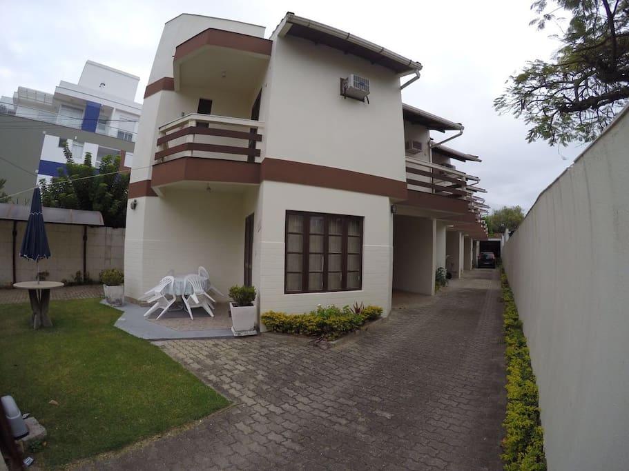 Condominio com 4 casas, duas varandas cada casa, em frente o jardim com ombrelone