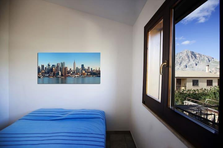 Questa camera adesso ha un letto a castello + un eventuale letto singolo aggiunto - Presto le foto aggiornate!