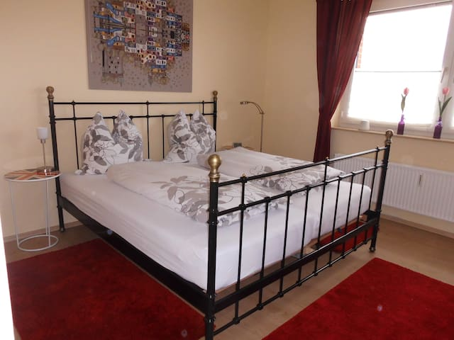 Großes Doppelbett im Schlafzimmer.