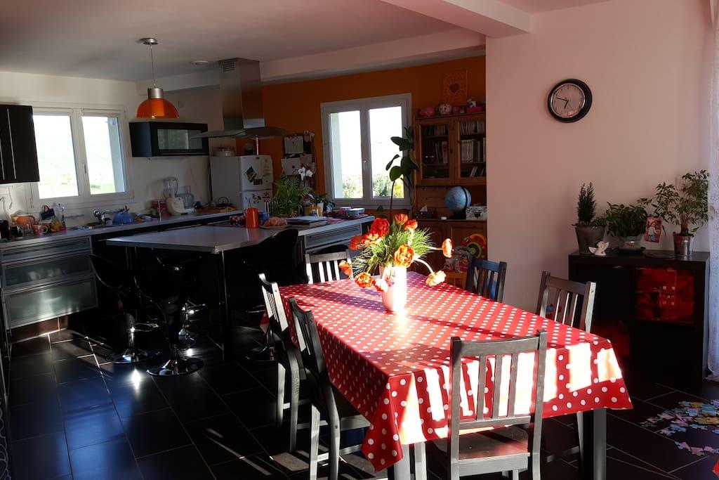 La Cuisine est ouverte sur la salle à manger qui est lui même ouvert sur le salon voir image suivante