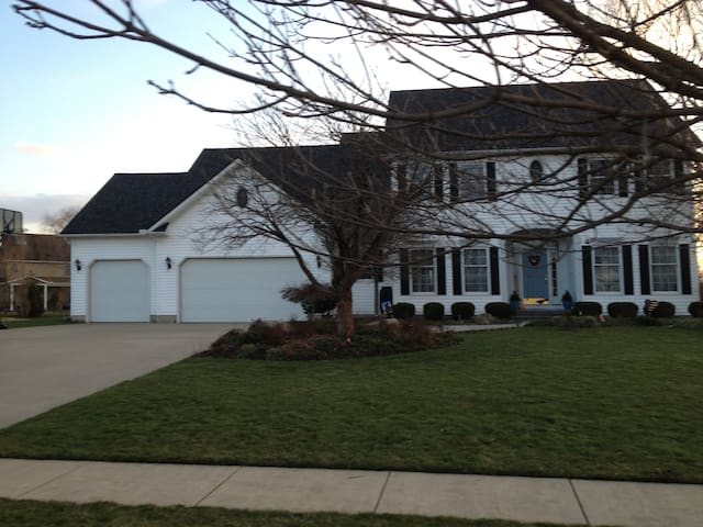 3500 SqFt Home available during RNC - Avon - Huis
