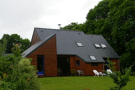 Maison en bois en campagne bretonne - Hus