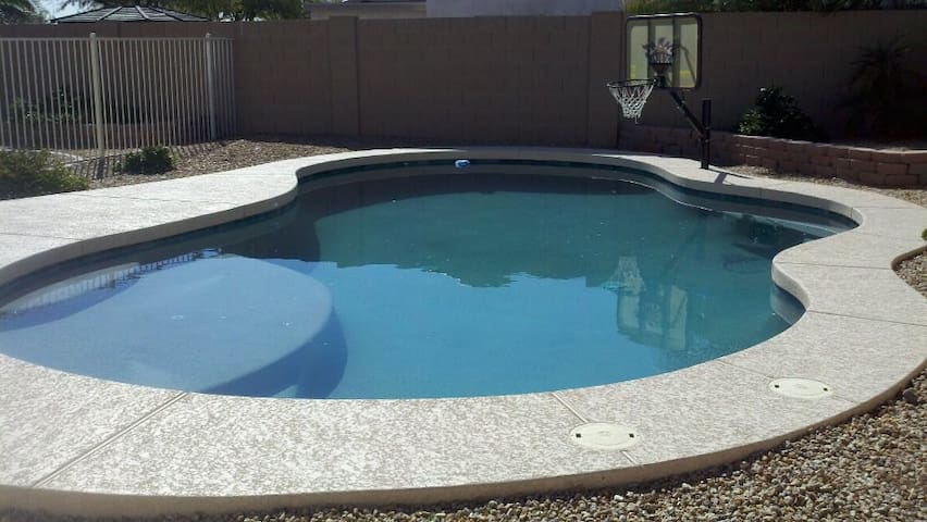 HEATED POOL AND CLOSE TO EVERYTHING - Peoria