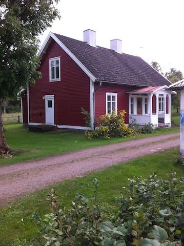 Lisas smultronställe - lilla röda hus i Fröskelås