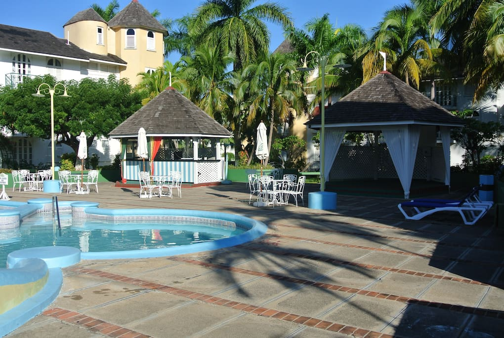 Pool, Tiki Bar