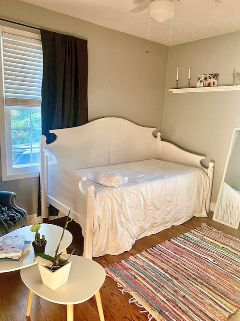 Cozy Private Bedroom near Downtown/Campus