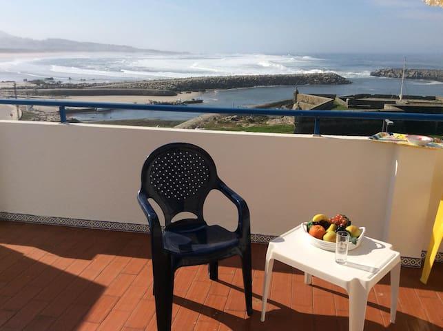 Espaçoso ap de praia 1ª linha de mar