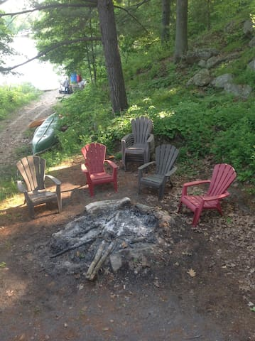 Get away from the city but still be just on the outskirts of beautiful Kingston Ontario. Enjoy this cozy, quiet guest cabin right beside the lake. Sit by the fire, take out the canoe or the paddle boat or walk/ bike on the beautiful K&P trail minutes away. Surrounded by trees and water it is the perfect couple get away.