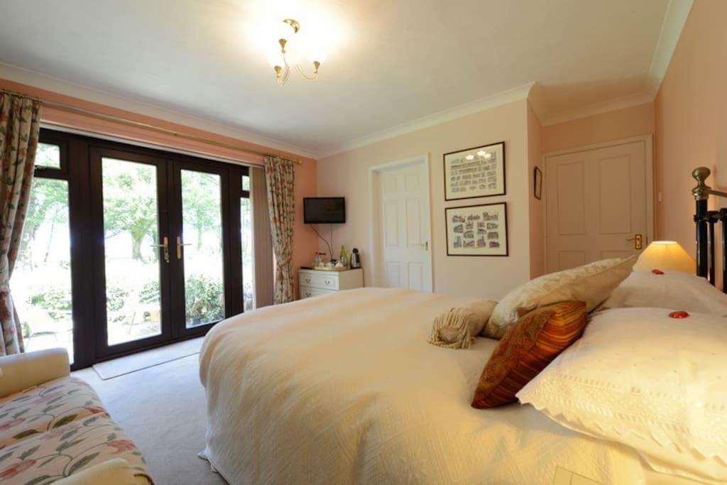 Peach Room - ground floor en suite bath with shower