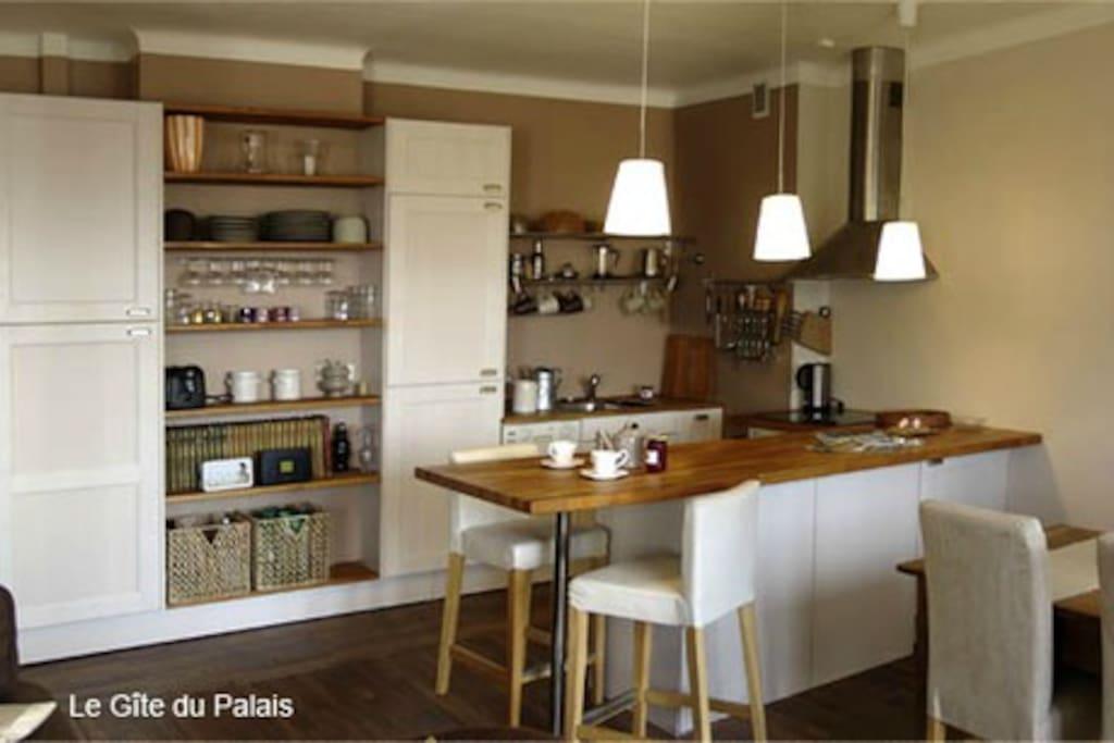 Cuisine américaine ouverte sur l'entrée et l'espace séjour de 40 m2