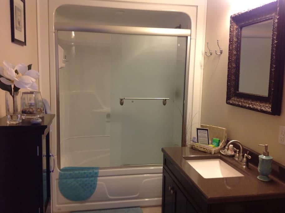 Spacious en suite with tub/shower combination.