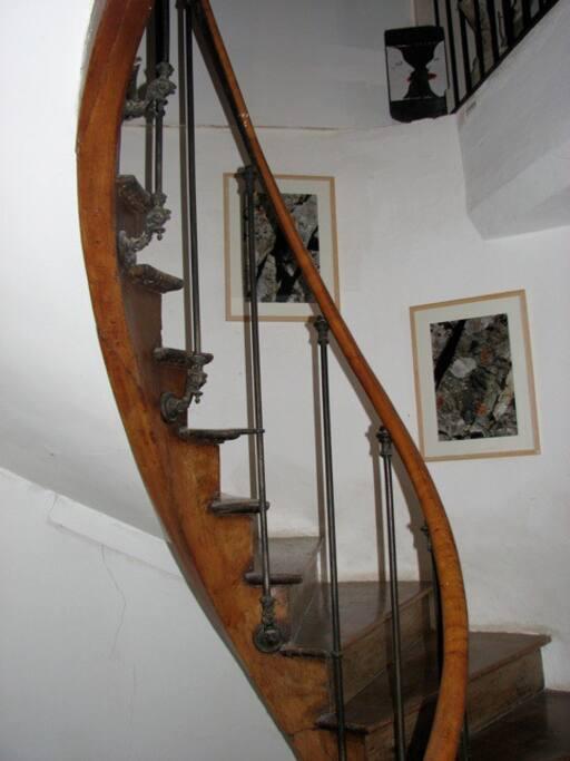 un bel escalier tournant pour aller à la chambre
