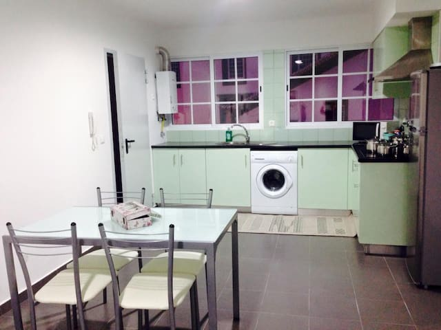 2 bedroom apt, center of vila close to everything - Povoacao - Apartamento
