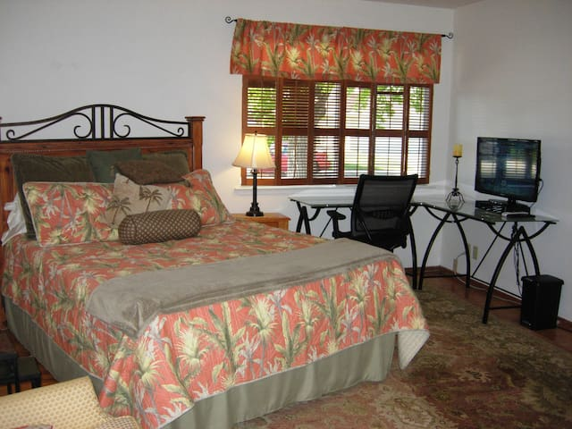 Private Bedroom & Bath, Large desk, secure, Quiet