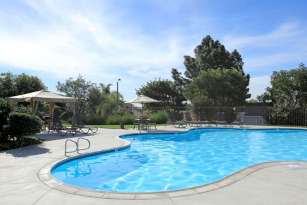 Heated pool w/cabanas, hot tub, gas grill, WiFi, etc.