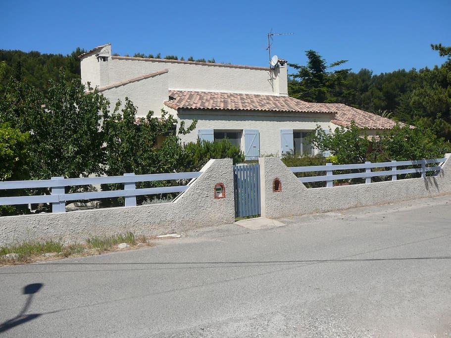 Villa tout confort dans environnement paisible houses for Accessoire piscine st mitre les remparts