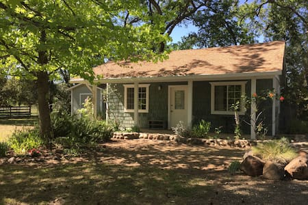 Lovely Creek Cottage at Wind Horse Sanctuary - Nevada City - Dům