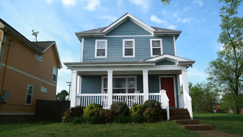 Cute home close to broadway five points maisons - Maison rustique adorable tennessee nov ...