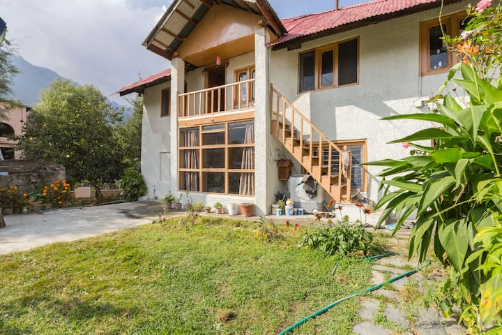 A two-bedroom stone cottage near Mall Road - Manali - Villa