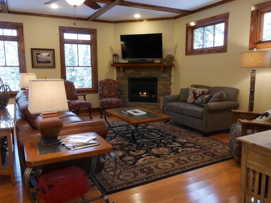 Plenty of cozy seating for everyone, gas fireplace, 55' television/DVD/cable/surround sound/wifi