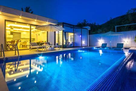 Honeymoon Villa, Secluded Outdoor & Indoor Pool