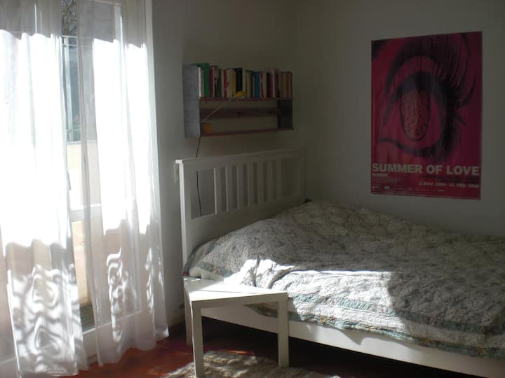 Ruhiges, helles Zimmer mit Blick in den Garten