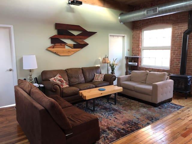 Spacious Apartment - Sleeps 6 People Comfortably!