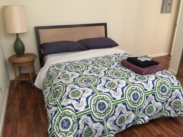 New Private Bed & Pvt Bath (w TV) close to MUNI