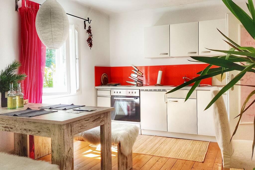 Wenn du selbst kochen möchtest... gerne. Die Küche ist mit Geschirr, Kochtöpfen, Pfannen, Kühlschrank und Herd ausgestattet. // Your kitchen is fully equiped with everything you need – dishes, cooking utensils, pans, fridge and stove