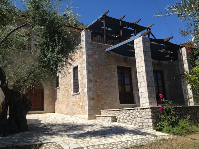 Beautiful stone house in Leonidio. - Leonidio - Casa