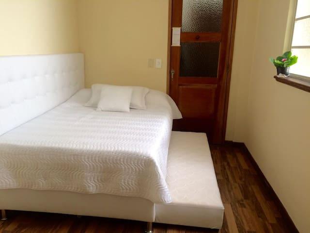 Habitación con 2 camas individuales. La puerta es el walking closet.