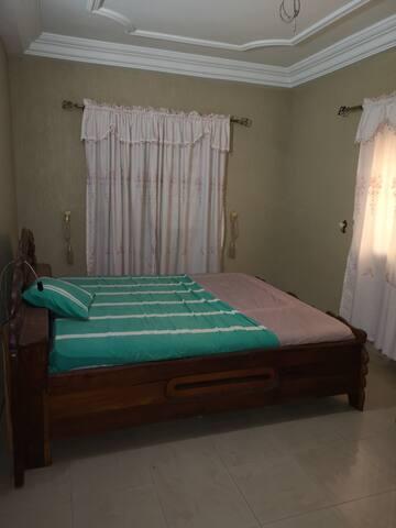 Chambre N°2 équipée d'un système de ventilation mobile