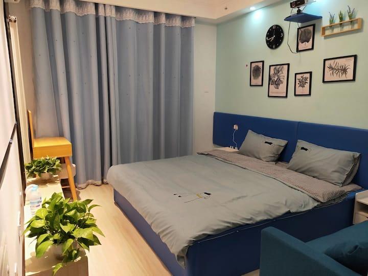济南大学/环宇城/贵和领秀城贵和/泉欣小学旁,投影仪大床房,蓝调温馨小窝,可做饭