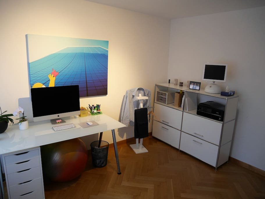 privat bed room / office with desk and side board