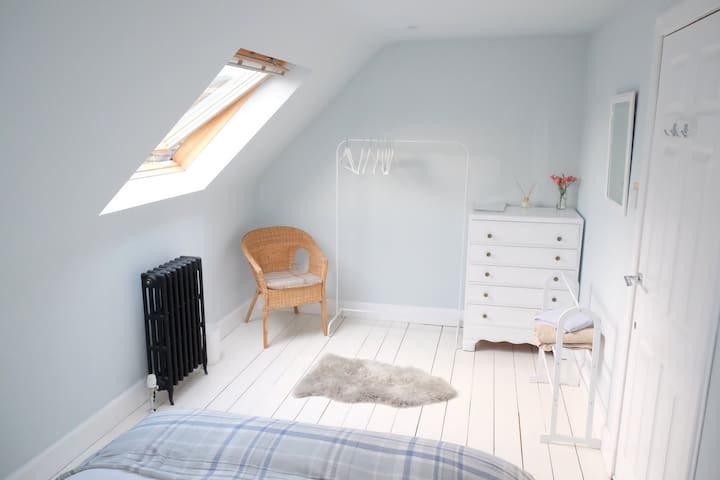 Beautiful loft room near Royal Mile (free parking)