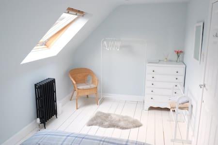 Beautiful loft room near Royal Mile (free parking)
