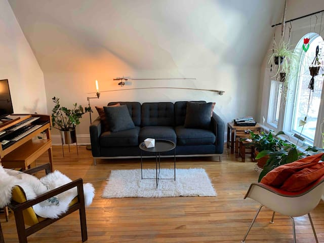 DOWNTOWN Self-Contained & Private 1 Bdrm/1 Bth Apt