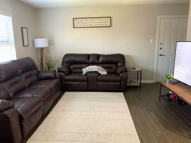 Apt 30 seconds from airport right off highway!